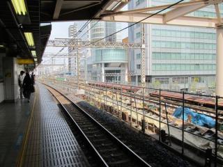 秋葉原駅ホーム中央付近から先は軌道敷設が始まった。