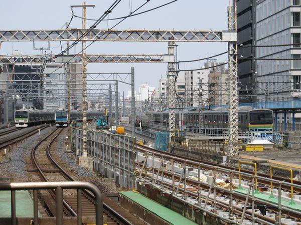 秋葉原駅ホーム端から上野方面を見る。留置線の跡で東北縦貫線の軌道敷設が行われている。