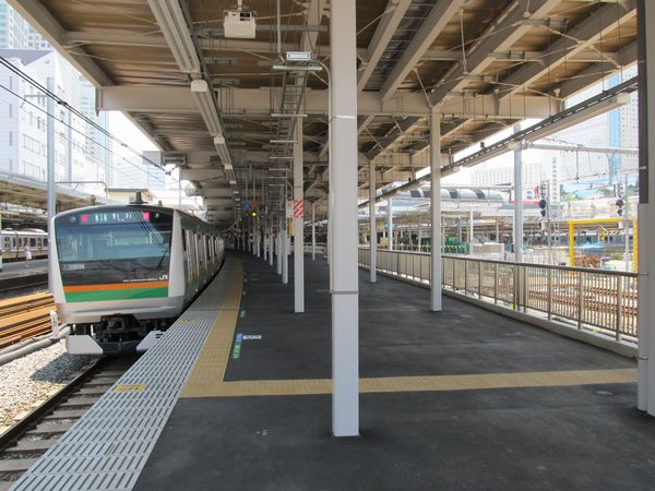 12番線に停車中の東海道線下り列車と工事中の臨時ホーム