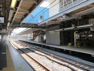 改築中の9・10番線ホーム横浜方。手前にはエレベータが設置される。
