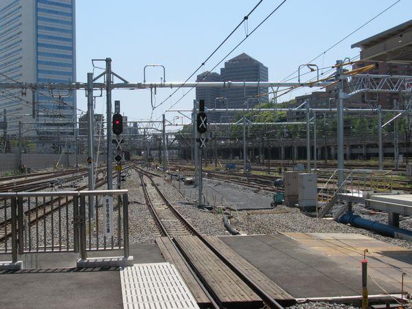 11番線の先端から横浜方面を見る。出発信号機は11番線、10番線ともに進路表示器が設置された。