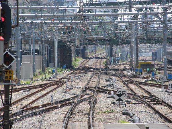13番線先端から横浜方面を見る。左の横須賀線下り本線と右の東海道線下り本線に新しいポイントが挿入されている。