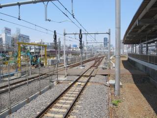 10・11番線東京方は折り返し用の出発信号機が設置された。