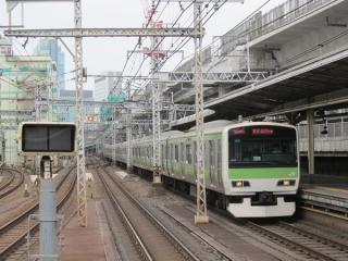 神田駅ホーム端から上野方面を見る。架設機は遥か遠くに移動している。