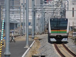 12番線東京方の端から新車両基地を見る。左に見える線路群は途中にコンクリートの車止めが置かれ、行き止まりになっていることが分かる。
