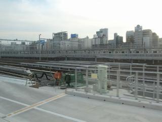 東海道線下り列車から見た新車両基地北側の留置線。画面中央は高輪橋架道橋と交差しており、拡幅に対応した長さの桁になっている。