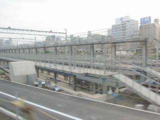 新車両基地北側の留置線の終端部。洗浄台付きの留置線が並ぶ。