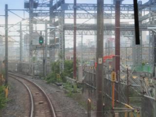 変電所の出力端子部分は下に新しい入出庫線を通すため、門型の架線柱に交換された。