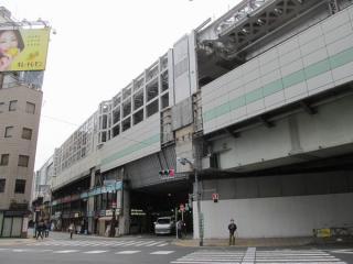 高架橋外側は防音壁を支える格子状の枠を取り付け中。