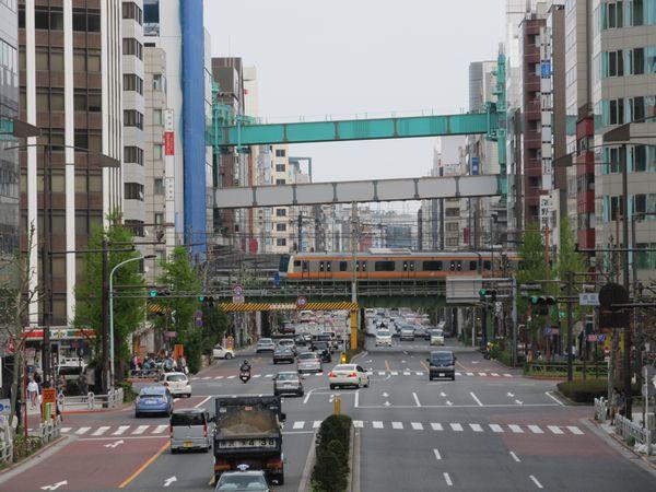 淡路町交差点付近にかかる歩道橋から東北縦貫線の桁架設工事を見る。