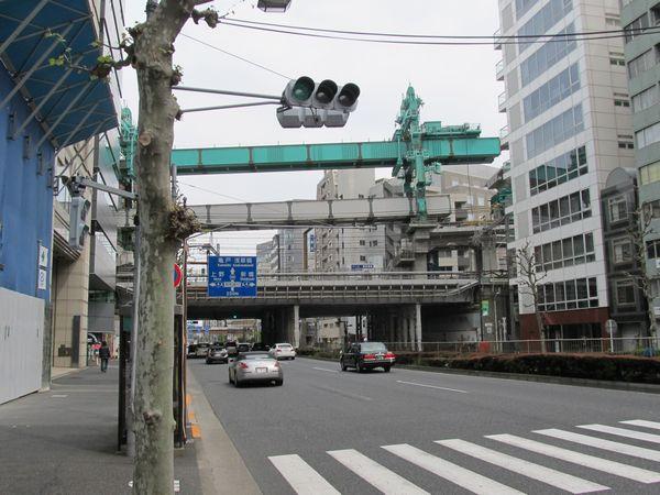 靖国通りと交差する桁の架設作業
