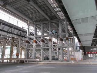 架設機の真下は足場が組まれていた。