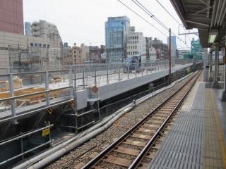 神田付近の重層高架に向かって急勾配で上る高架橋
