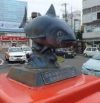 塩竈駅頭に立つカツオ像