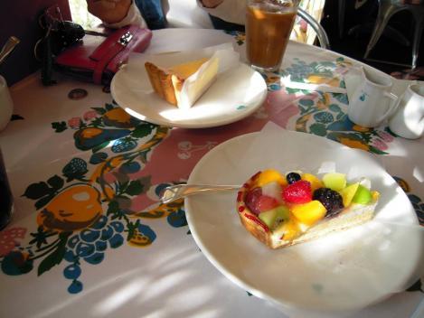 キルフェボン店内で食べた季節のフルーツタルトと濃厚な味のチーズケーキをデジカメ写真で