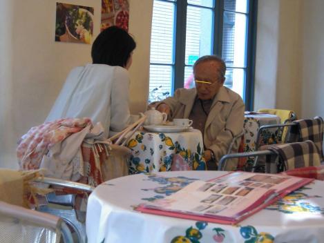キルフェボン静岡店内で年配の男性が若い女性とケーキ屋で不倫デートなのかそれともお孫さんの娘と癒されているのかをデジカメショット
