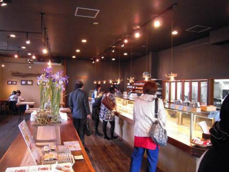 富士市の人気ケーキ店キャトルエピスにドッと客が押寄せて来た時をデジカメ撮影してみたのでしたが女性客がやはり多いね