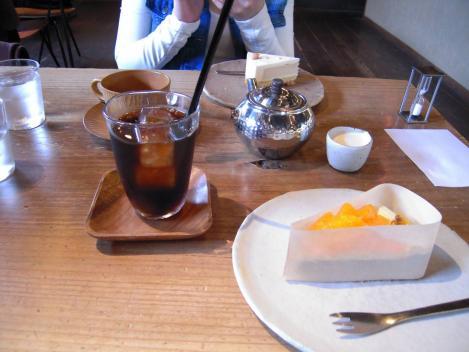 富士市のキャトルエピスで枕営業DS沼津のキャバ嬢みさとと美味しくフルーツタルトケーキとチーズケーキを分け合って食べたが食べる前をデジカメ撮影しましたがキャバ嬢のMちゃんの胸も一緒にね