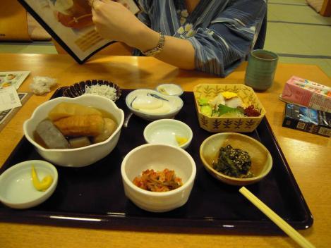万葉の湯の休憩所食堂でキャバクラ嬢とおでんや刺身を食べた時のデジカメ写真だ