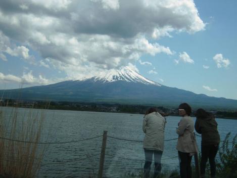 美女3人富士五湖湖畔で富士眺め何を願うか寒いのか