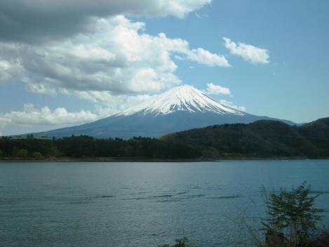 富士五湖の何処の湖忘れつつ雲のかからん富士山の威風堂々世界遺産