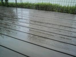 雨にぬれるウッドデッキ