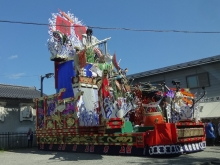 11:33 上組の山車 ~ お祭りで、午後からは山車・御輿も出てパレードがあるようです。