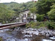 5:47 渡った吊り橋から見た 本館