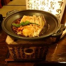 19:27 お通し 500円×2 ~ 豆腐、ナス、エノキ、シシトウ、それと・・・? 肉のそぼろあんがかかって、ミニコンロで焼かれます。