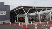 14:50 花巻空港の駐車場に着きました。空港前から人でごった返してます。