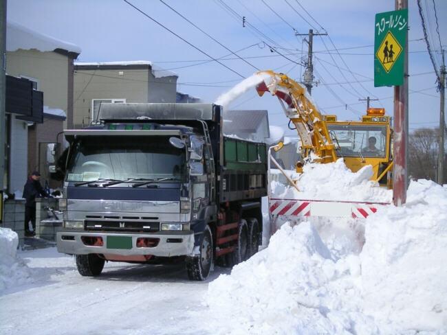排雪するファームダンプ