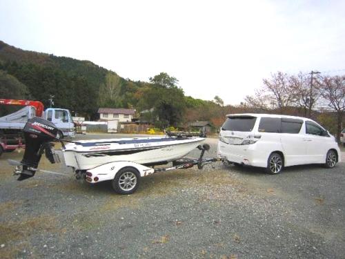 ボートをけん引する車