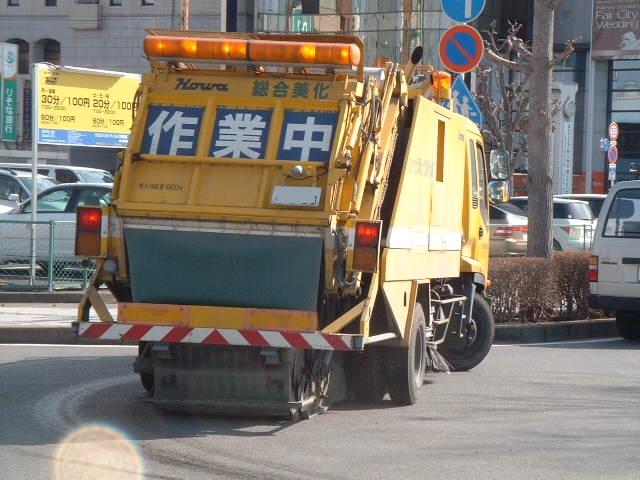 清掃中の路面清掃車