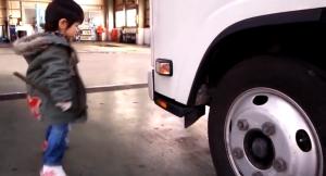 トラックを点検する子供