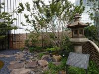 歌舞伎作家である河竹黙阿弥の自宅にあった石灯篭や4代目歌舞伎座の鬼瓦