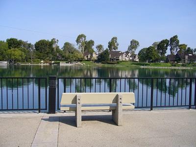 湖に臨むベンチ