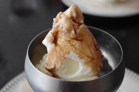 牛乳のジェラード バルサミコソース