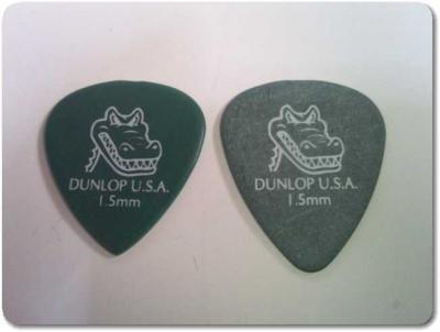 新品と先端を尖らせたギターピック比較