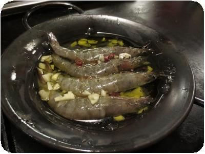 殻ごと食べられる 有頭エビのアヒージョ