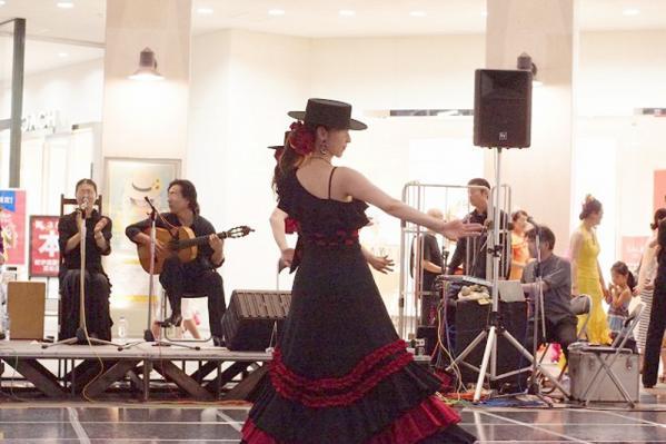 ガロティンを踊るバイラオーラとカンタオーラとトケ