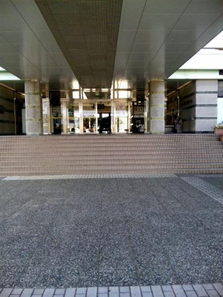 県立プール入り口