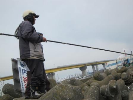 館鼻岸壁の鉄人釣り師