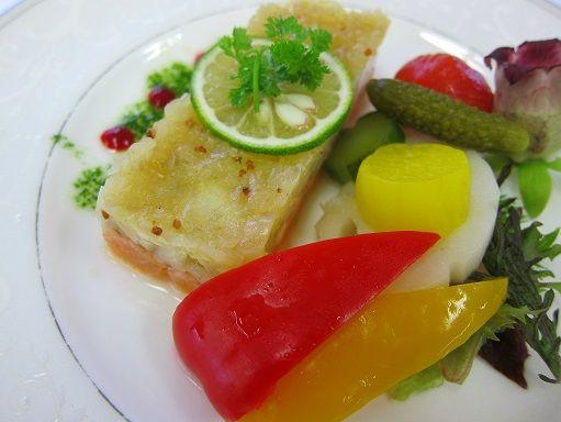 海峡サーモン帆立のタルタル野菜のピクルス添え