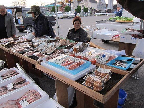 八戸朝市の鮮魚店