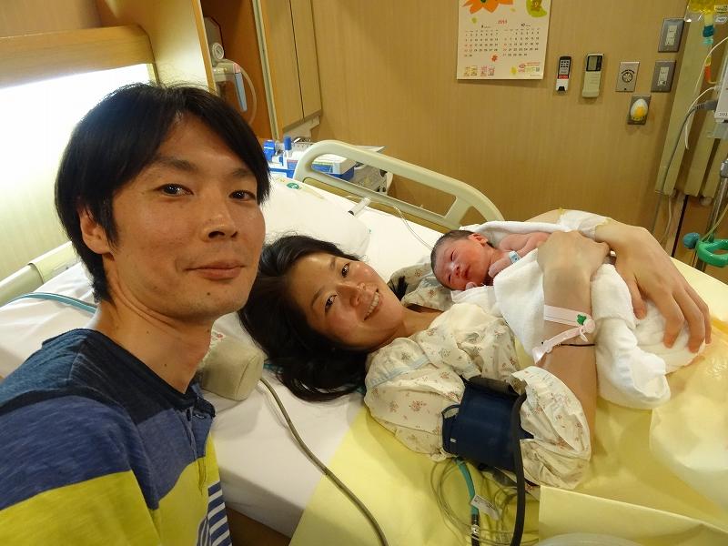 赤ちゃん診察後 だっこして記念写真。