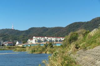 平塚・金目川:下花水橋の下流から大磯丘陵を望む