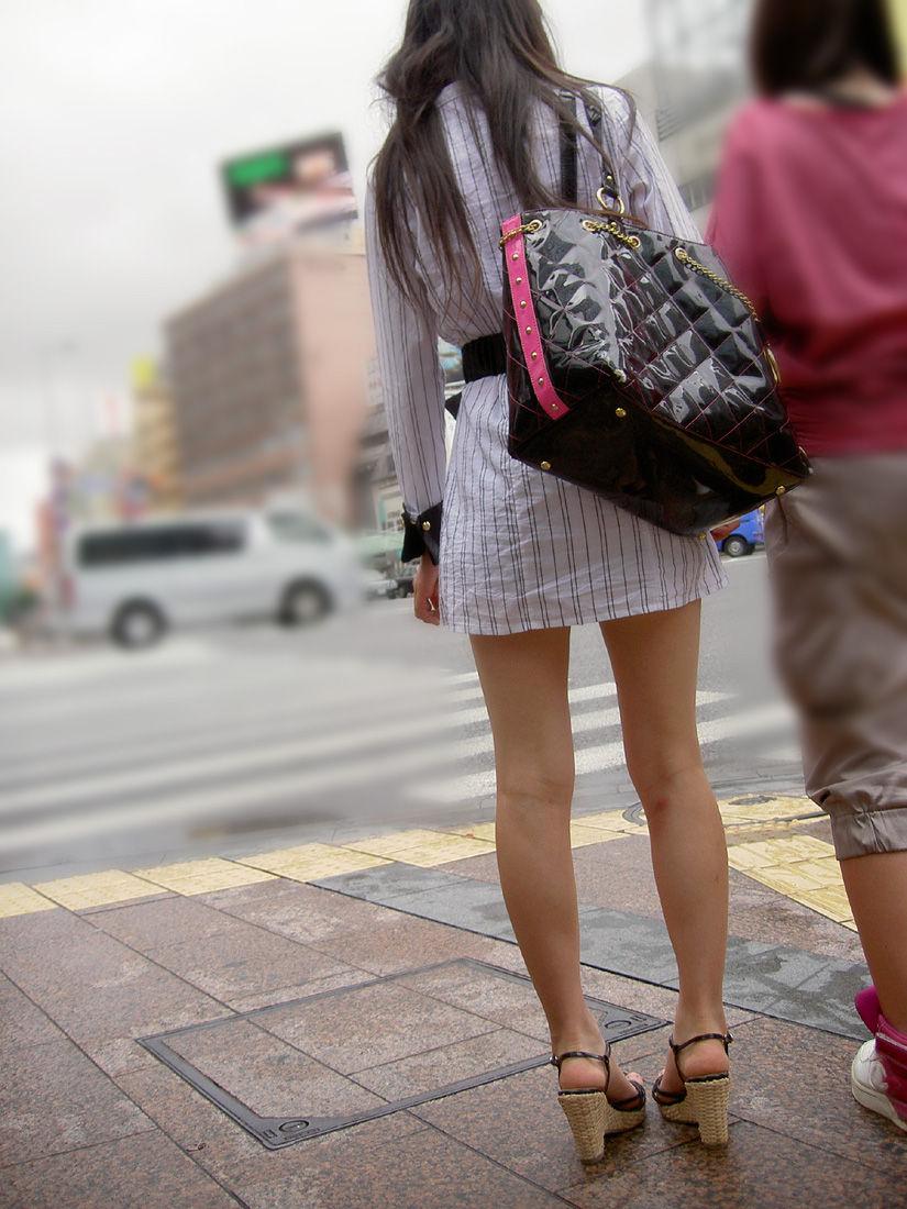 美脚でセクシー! ミニスカのナチュスト脚が魅力的なお嬢さん