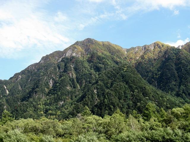 山の彼方に 六百山 (中畠沢より登る)
