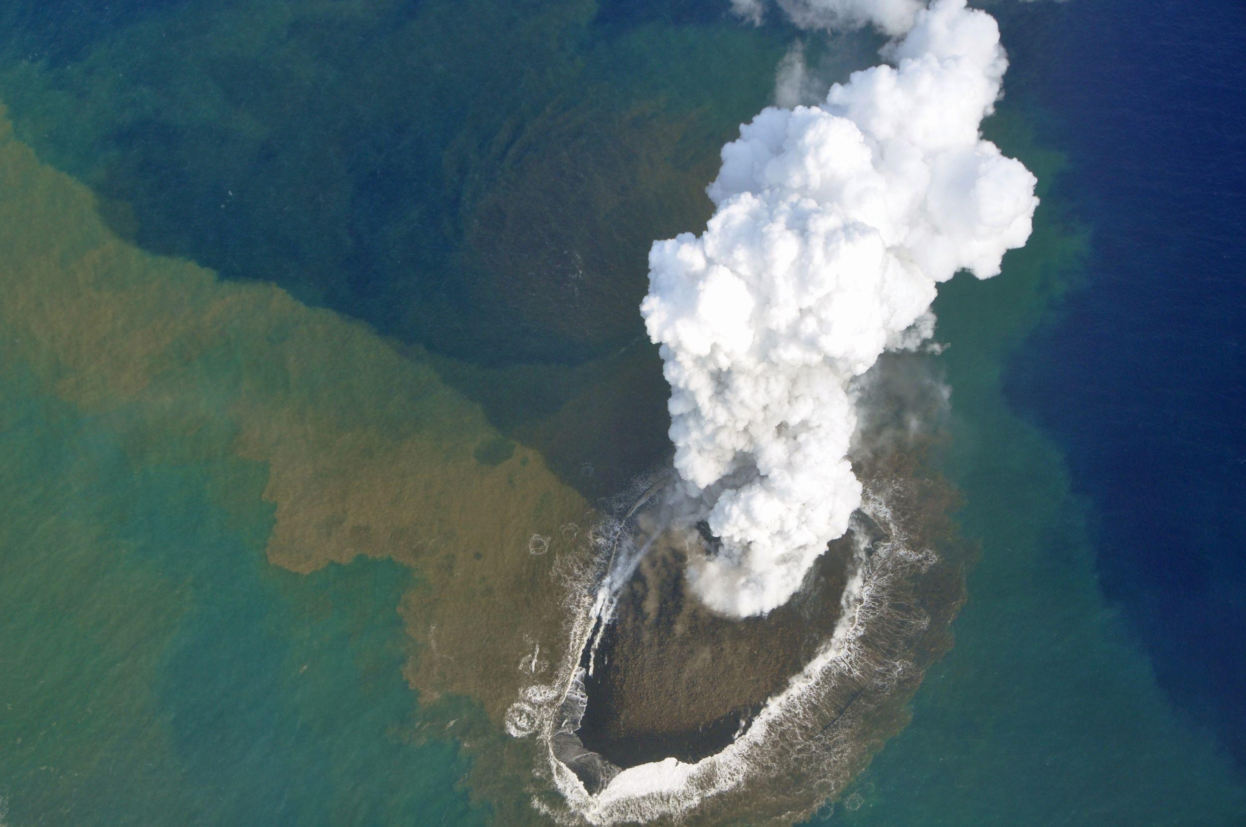 小笠原諸島の「新島」、消えません…浸食に強い溶岩が覆う、3.7倍に拡大