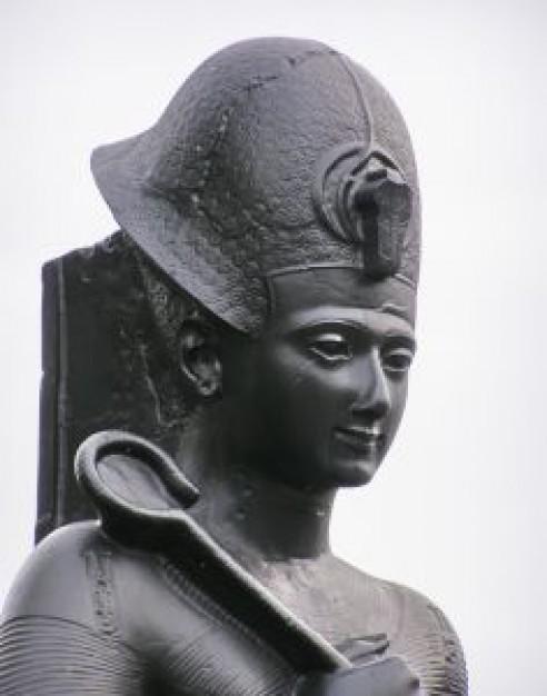 「いわゆる『ファラオの呪い』というやつでしょうか」…古代エジプトの像、誰も手を触れてないのに「謎の回転」